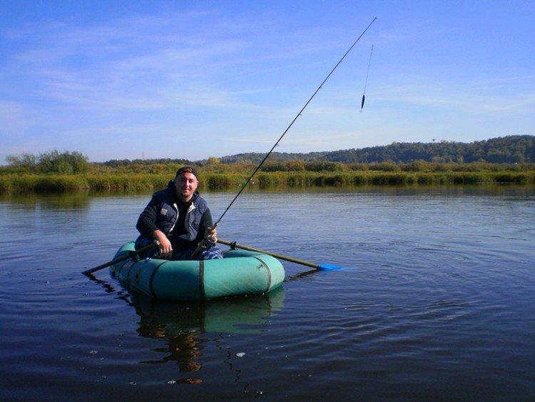 Ловля с лодки на фидерное удилище.
